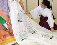 Mary Ohno being dressed in Juuni-Hitoe 2